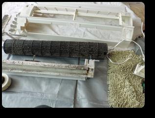 取り外した部品ですカビ汚れが目立ちます エアコン カビ汚れ 徹底洗浄