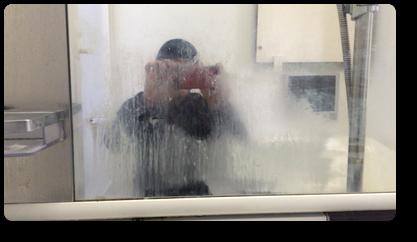 汚れに蓄積した浴室鏡